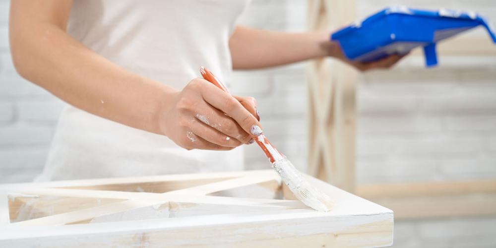 Qual a melhor tinta para madeira? Veja 4 tipos e como aplicar na superfície